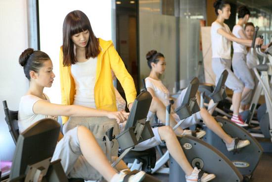 北京新面孔模特学校定向中专班老师指导学员健身