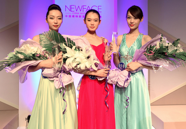 图为2011中国模特新面孔选拔大赛女模组三甲(中:王诗颐)