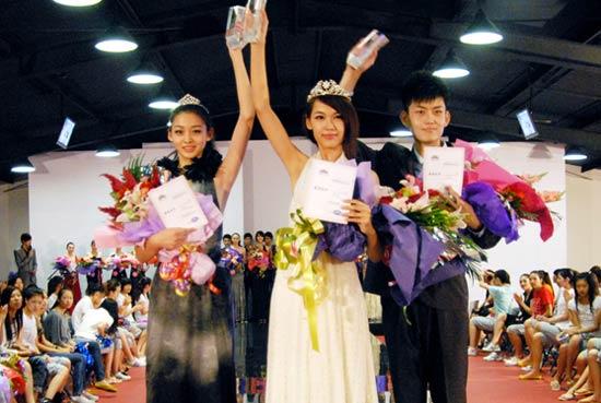2011中国模特新面孔选拔大赛北京赛区冠军 李玲(中)