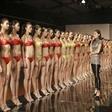 高清组图:模特艺考生穿比基尼上泳装课