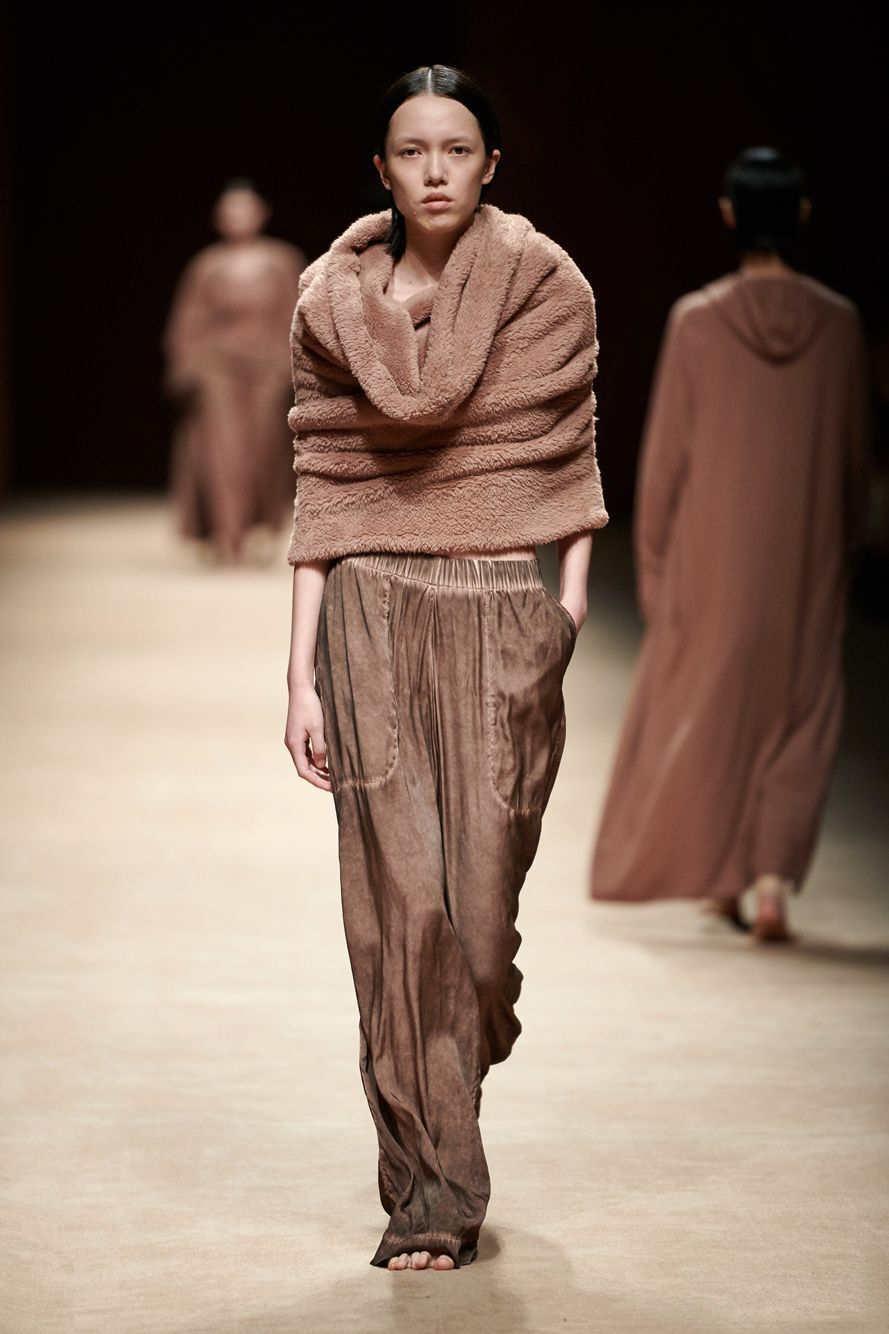 新面孔模特陈园园助阵2021春夏上海时装周,助阵LILY、三枪、DIDU等品牌发布会,拿下3个LOOK。
