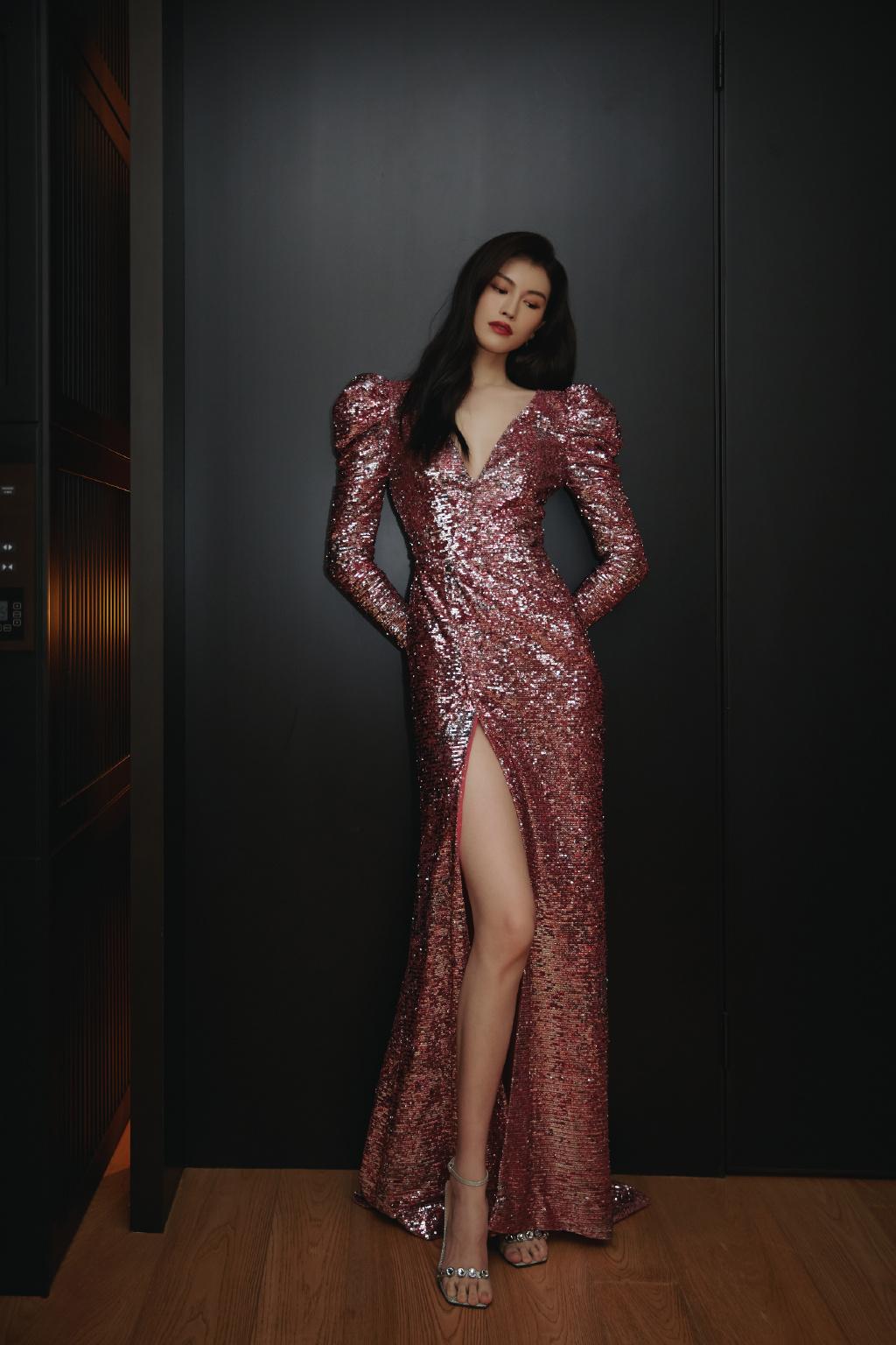 何穗出席合生缦系新作缦云全球发布会,高开衩深V亮片长裙,明艳动人,依旧是那个优雅的何穗。
