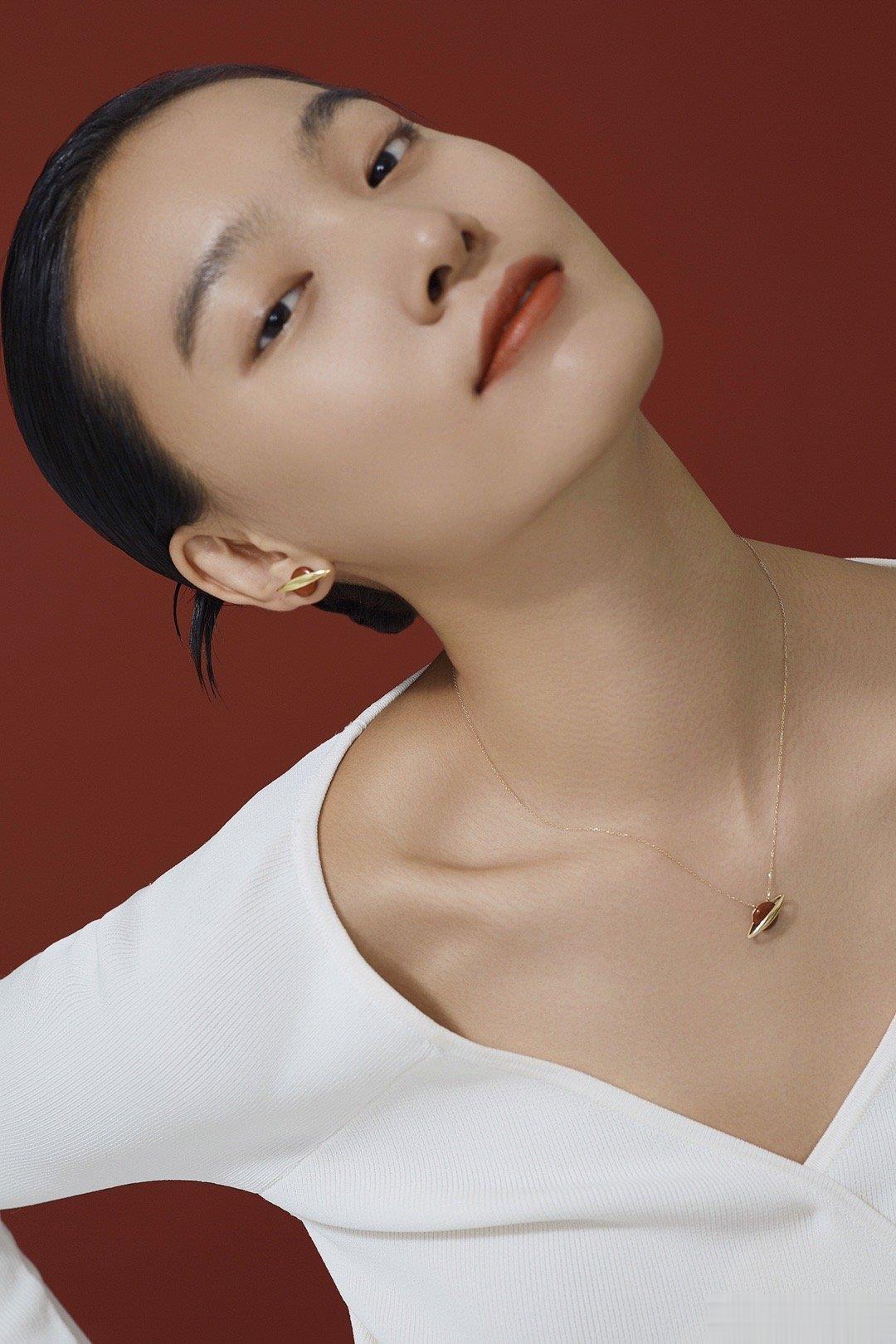 模特张晓彤新年主题大片拍摄,红与白,干净而喜庆。