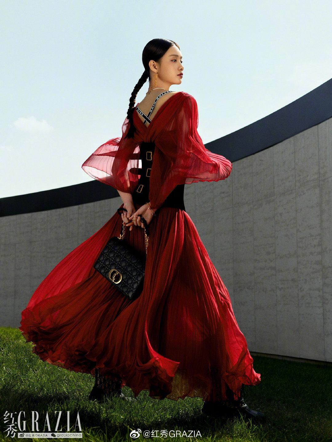 孙伊涵 出镜《红秀GRAZIA》489期红秀fashion attitude大片,精致的印花夹克搭配着刺绣纱裙,随风飘扬尽显迷人风采。