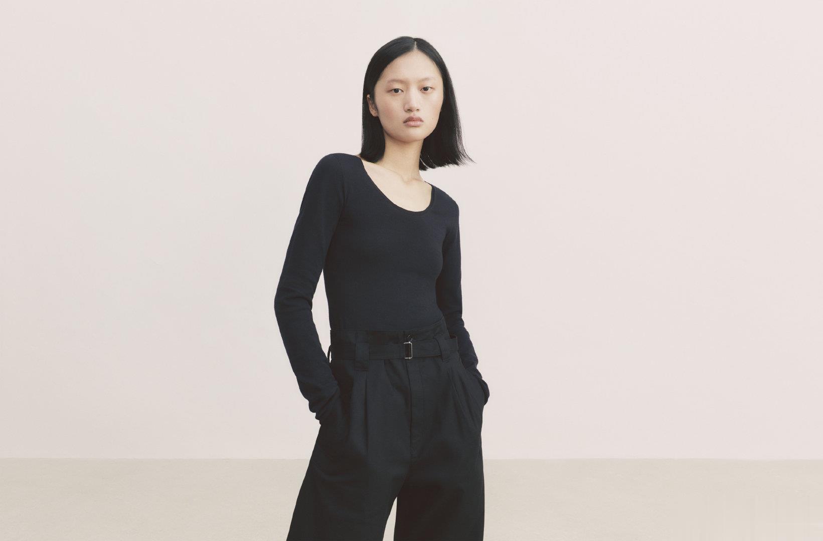 华依澜演绎UNIQLO U系列广告,简单的黑与白,简约而时髦。