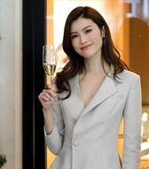 新面孔模特何穗出席商业活动小西服配纱裙,美出新高度!